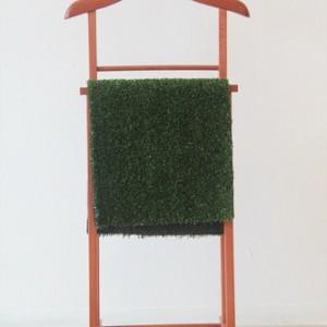 """נמרוד - קדם אפרת,  2009 , קולב עץ ודשא סינתטי, 34X50X100 ס""""מ"""