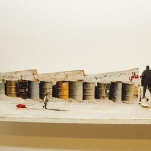 מראה מקום - אבו דיס - רובין יעל, 2003, גזירות צילומים, צבע ומדף עץ, 10x210x15