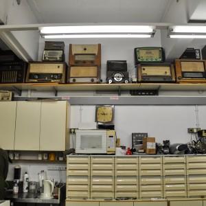 """מדף עם מקלטי רדיו במעבדה, דצמבר 2012, 25X40 ס""""מ"""