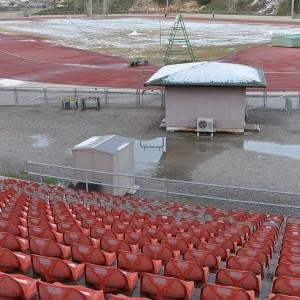 """צריף וכסאות אדומים באצטדיון, ינואר 2013, 150X100ס""""מ"""