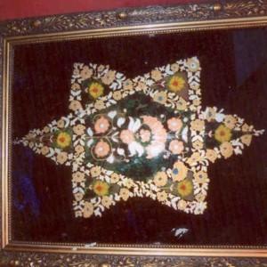 """דוד אל-קיים, מגן דוד פרחים, כתיבה וציור במהופך על גבי זכוכית, צבעי זהב, כסף, ברונזה וצבעי אקריל, 40*50 ס""""מ"""