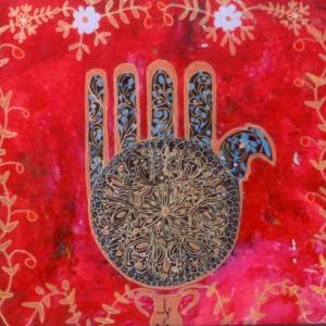 """דוד אל-קיים,חמסה אדום, כתיבה וציור במהופך על גבי זכוכית, צבעי זהב, כסף, ברונזה וצבעי אקריל, 45*35 ס""""מ"""