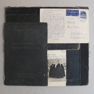"Wörterbuch, מילון גרמנית-עברית, 2008, קולאז' מחומרים מן הנמצא (גלויות, כריכות ספרים), 28X25 ס""מ"
