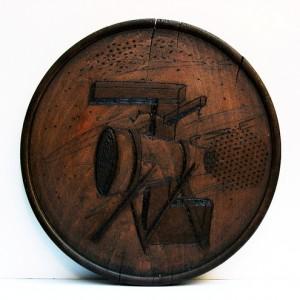 """ללא כותרת, 2006 חריטה על עץ וצבע קוטר 24 ס""""מ"""