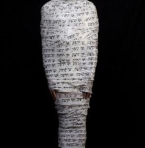 """אריק וייס """"ובו תדבק"""" 2008 ,צילום הדפסה על בד; מסקינג-טייפ מודפס 4 צילומים בגודל גוף האדם; מסקינג-טייפ: 12x12 ס""""מ"""