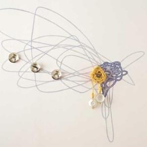"""מאיה אטון, A Fine Mess ,2008/2010, עפרון, צבעי ספריי, חבל וספלי פורצלן על קיר 10X350X300 ס""""מ"""
