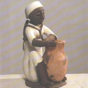 Menahem Dinkao, Woman with jug, Clay 15X30 cm.