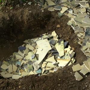 מגדלנה חפץ, שברתי אותה, 2014, שבירת העבודה ...ובליבה חומה, 2008,  סטילס מתוך וידיאו