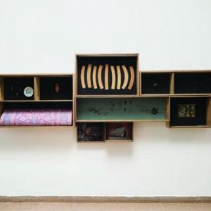 דנה יואלי, גניזה, 2015, עץ לבוד, עץ אורן, זכוכית, פלדה, נייר, קרטון, קצף, דבק, חמר פולימרי, צבע ואספלט. צילום: יובל חי