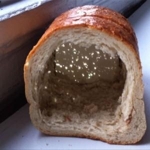 ריבים על מלח ולחם, 2012, הקרנה, וידאו, לחם