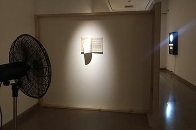 אתמול בלילה חלמתי שמישהו אהב אותי (2015), אסף אבוטבול, מאוורר וחוברת תווים, מידות משתנות. צילום מאיה אטון