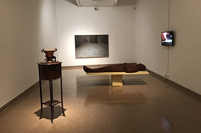 הגופה (2010), אהד פישוף, יציקת גבס, לבד, עץ ומכשיר אדים, 180x71x59 ס״מ.אפוריה (2017), מאשה יוזפפולסקי,שמן על בד, 116.5x176.5 ס״מ.  מאיה אטון