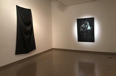 שק (2018), אבי סבח, בד ריפוד, 260x140 ס״מ.פיתיה (מתוך הסדרה הנבואות של פיתיה) (2019), מיה גורביץ׳, תצלום שחור-לבן, פרספקס ועץ, 150x102x19 ס״מ. צילום מאיה אטון