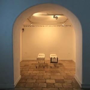 מיטות (1988), גדעון גכטמן, מדיה מעורבת, 103x42.5x55X2 באדיבות העיזבון של גדעון גכטמן ובאדיבות גלריה שלוש. צילום מאיה אטון