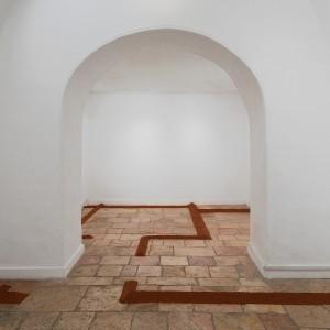 Micha Ullman, House on House, 2019, Red Hamra sand. Photo Elad Sarig מיכה אולמן, בית על בית, 2019, חול חמרה. צילום אעד שריג